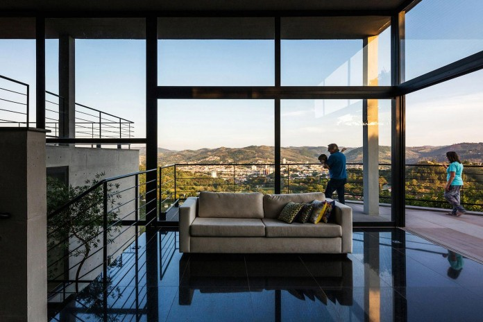 obra-arquitetos-designed-the-jj-hill-house-with-spectacular-views-over-amparo-sao-paulo-08