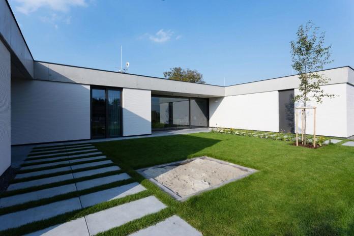 one-story-modern-home-in-olomouc-slavonin-by-jvarchitekt-kamkabnet-02