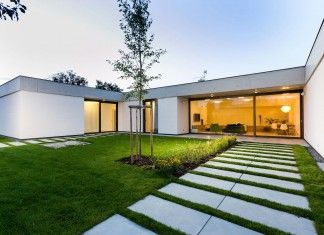 One Story Modern Home in Olomouc-Slavonín by JVArchitekt + KAMKAB!NET