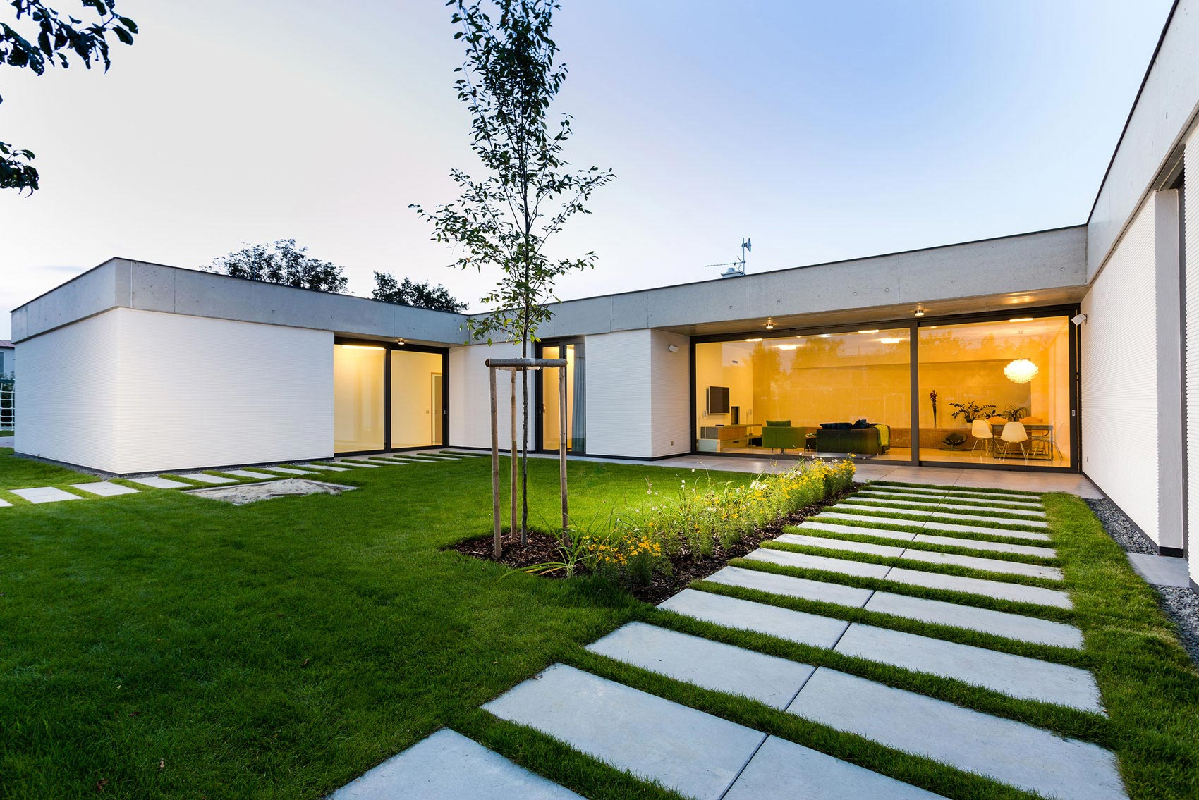 One story modern home in olomouc slavon n by jvarchitekt for Casa moderna rd
