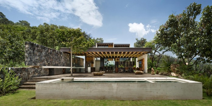 tucan-house-sits-on-top-of-a-hill-of-valle-de-bravo-designed-by-taller-hector-barroso-02