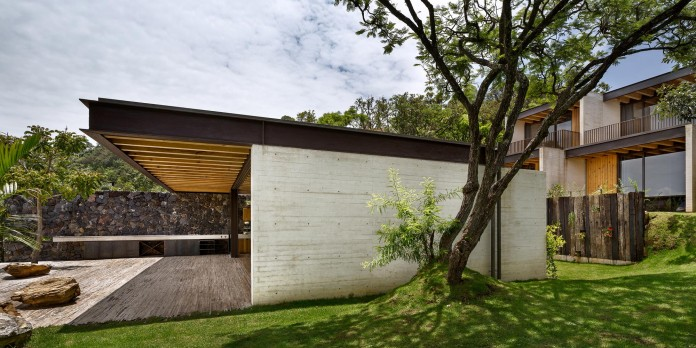 tucan-house-sits-on-top-of-a-hill-of-valle-de-bravo-designed-by-taller-hector-barroso-03