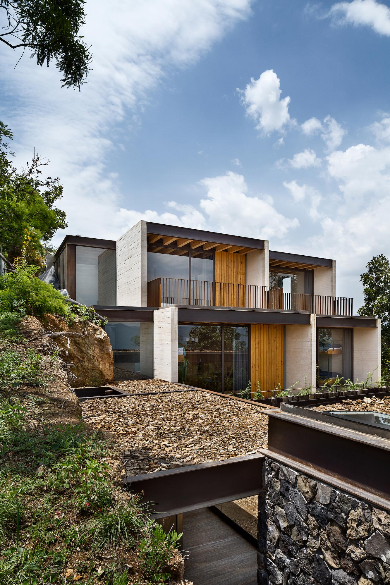 Tuc n house sits on top of a hill of valle de bravo for Best home building blogs