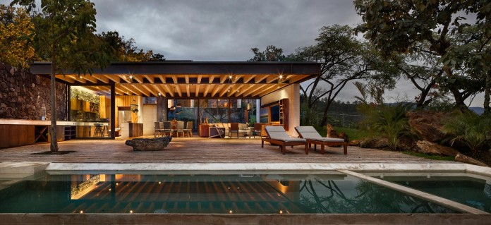 tucan-house-sits-on-top-of-a-hill-of-valle-de-bravo-designed-by-taller-hector-barroso-15
