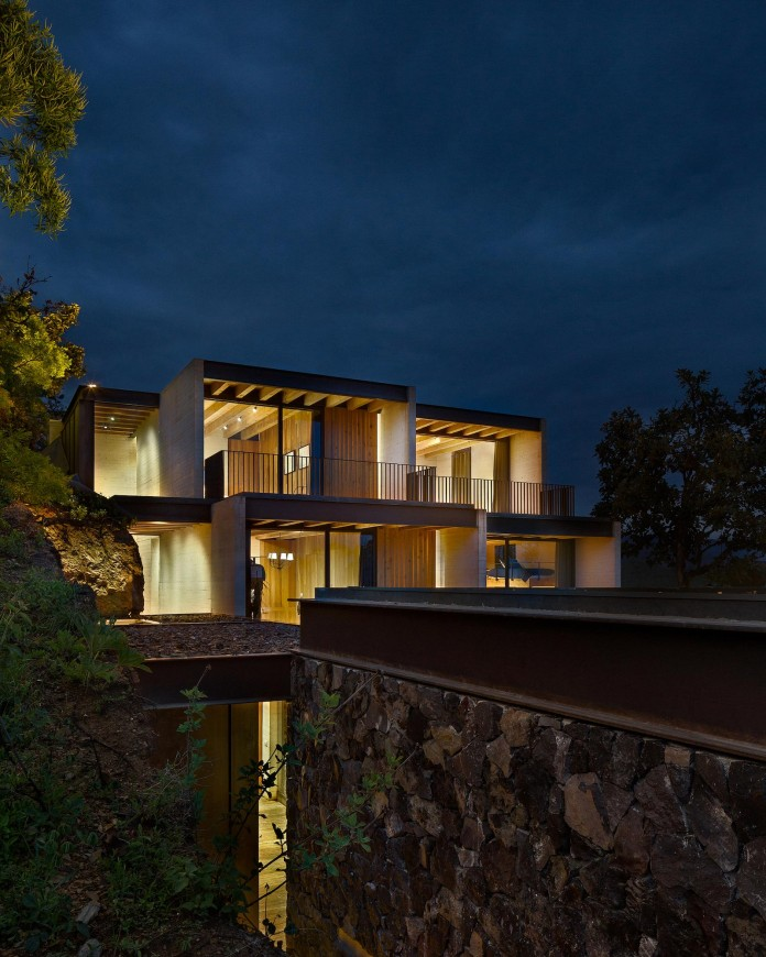 tucan-house-sits-on-top-of-a-hill-of-valle-de-bravo-designed-by-taller-hector-barroso-16