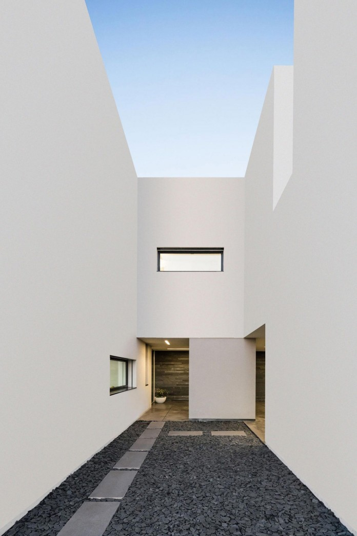 white-touguinho-ii-villa-in-in-vila-do-conde-by-raulino-silva-arquitecto-06
