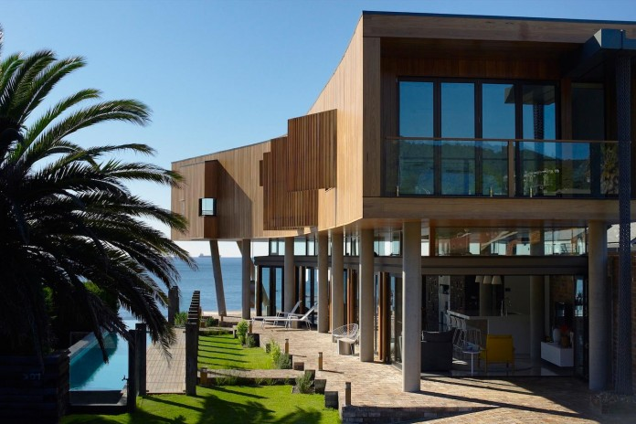 Low-ecological-impact-of-Austinmer-Family-Beach-Home-by-Alexander-Symes-Architect-01