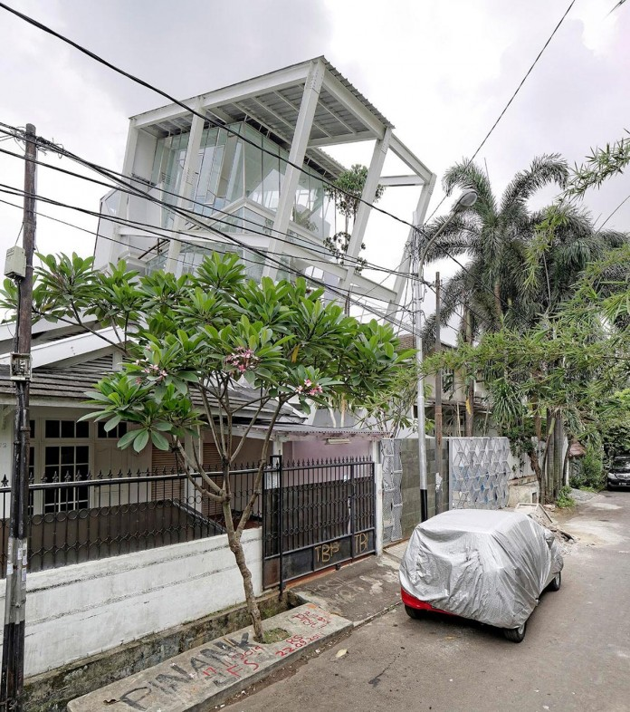 Small-Slanted-House-in-Jakarta-by-Budi-Pradono-Architects-01