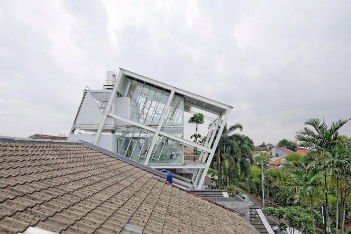 Small-Slanted-House-in-Jakarta-by-Budi-Pradono-Architects-02