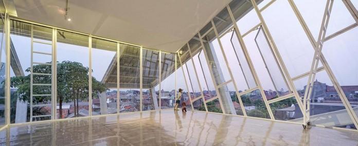 Small-Slanted-House-in-Jakarta-by-Budi-Pradono-Architects-14