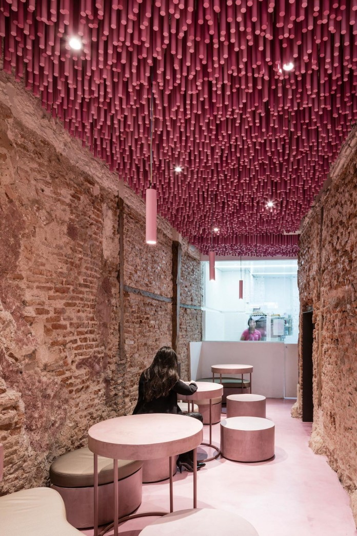 bakery-madrid-stunning-12000-pink-painted-wooden-sticks-ceiling-ideo-arquitectura-03