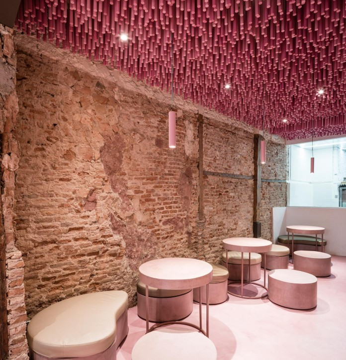 bakery-madrid-stunning-12000-pink-painted-wooden-sticks-ceiling-ideo-arquitectura-05