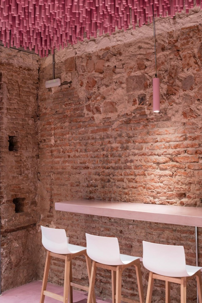 bakery-madrid-stunning-12000-pink-painted-wooden-sticks-ceiling-ideo-arquitectura-08