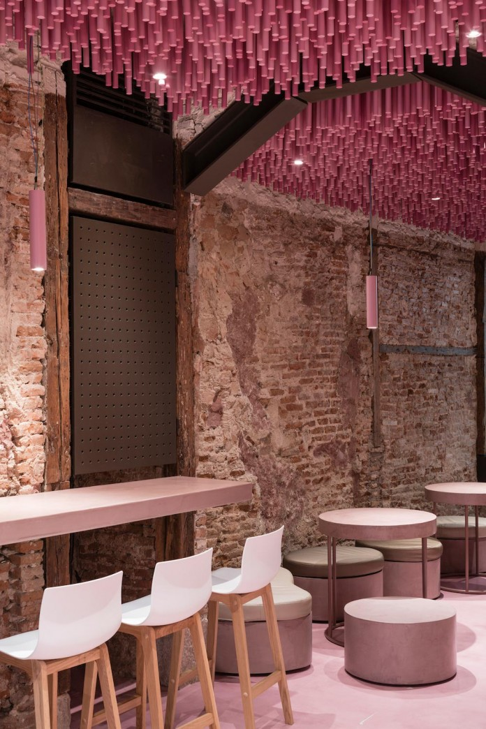 bakery-madrid-stunning-12000-pink-painted-wooden-sticks-ceiling-ideo-arquitectura-09