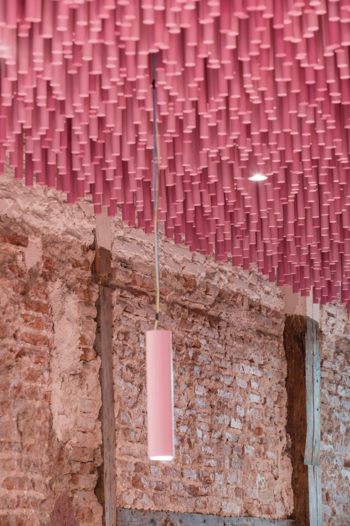 bakery-madrid-stunning-12000-pink-painted-wooden-sticks-ceiling-ideo-arquitectura-13