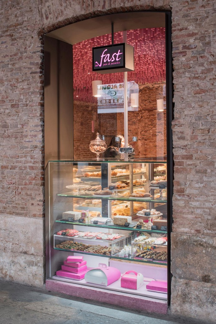 bakery-madrid-stunning-12000-pink-painted-wooden-sticks-ceiling-ideo-arquitectura-14