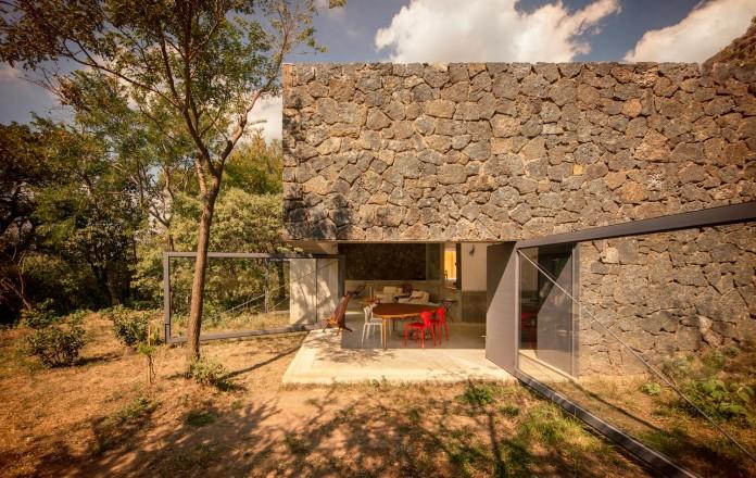 built-rough-stone-crawls-low-trees-casa-meztitla-edaa-02