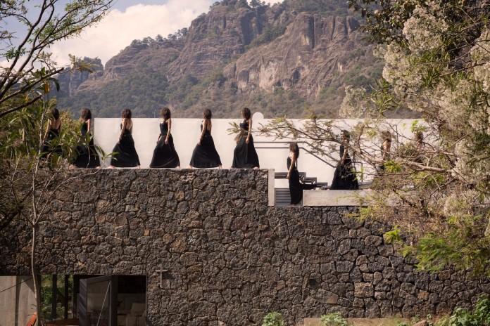 built-rough-stone-crawls-low-trees-casa-meztitla-edaa-07
