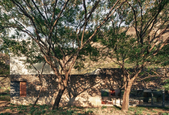 built-rough-stone-crawls-low-trees-casa-meztitla-edaa-10