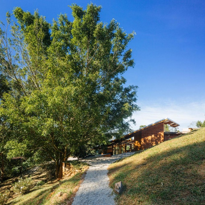 half-slope-house-denis-joelsons-gabriela-barauna-uchida-01