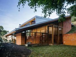 Half-Slope House by Denis Joelsons & Gabriela Baraúna Uchida