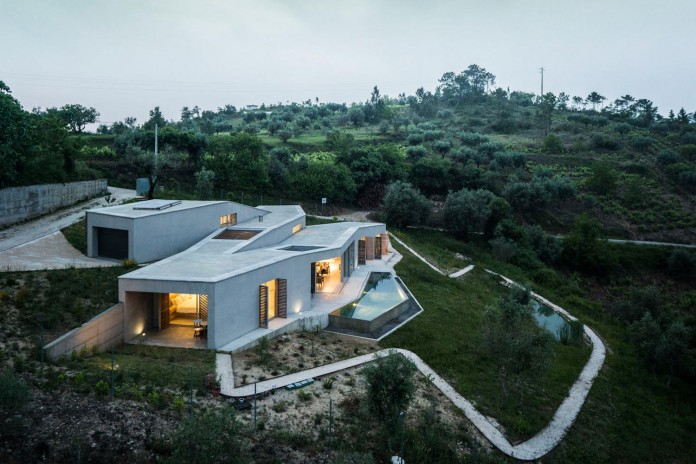 hill-home-in-gateira-near-vineyards-pines-olive-trees-camarim-arquitectos-02