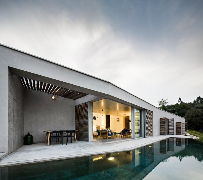 hill-home-in-gateira-near-vineyards-pines-olive-trees-camarim-arquitectos-03