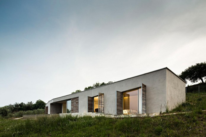hill-home-in-gateira-near-vineyards-pines-olive-trees-camarim-arquitectos-04