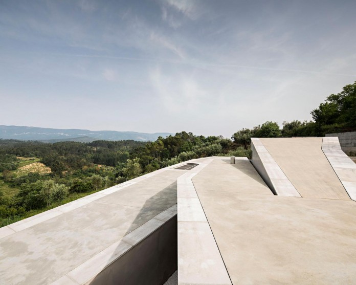hill-home-in-gateira-near-vineyards-pines-olive-trees-camarim-arquitectos-05