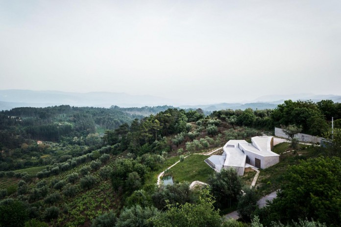 hill-home-in-gateira-near-vineyards-pines-olive-trees-camarim-arquitectos-06