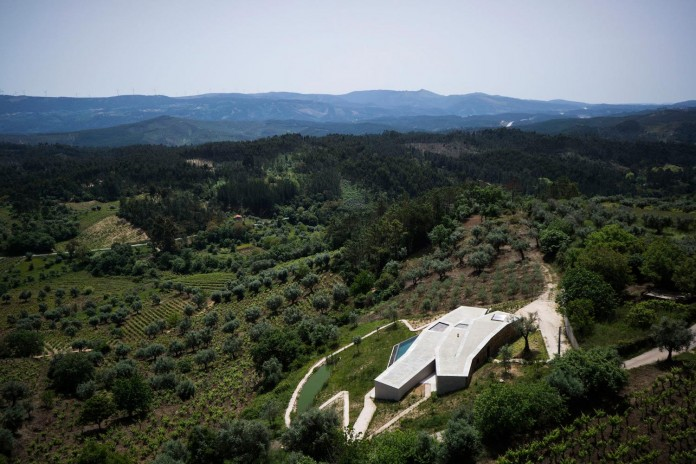 hill-home-in-gateira-near-vineyards-pines-olive-trees-camarim-arquitectos-07