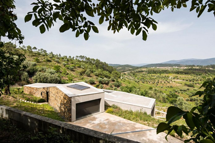 hill-home-in-gateira-near-vineyards-pines-olive-trees-camarim-arquitectos-08
