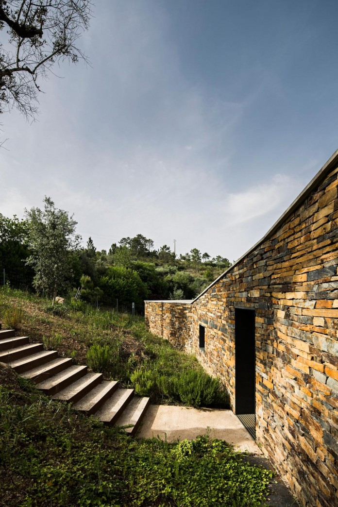 hill-home-in-gateira-near-vineyards-pines-olive-trees-camarim-arquitectos-09