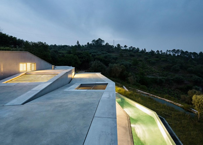 hill-home-in-gateira-near-vineyards-pines-olive-trees-camarim-arquitectos-26