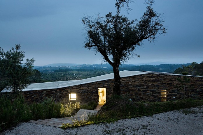 hill-home-in-gateira-near-vineyards-pines-olive-trees-camarim-arquitectos-27