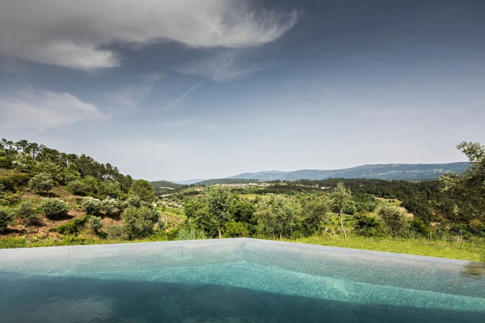 hill-home-in-gateira-near-vineyards-pines-olive-trees-camarim-arquitectos-28