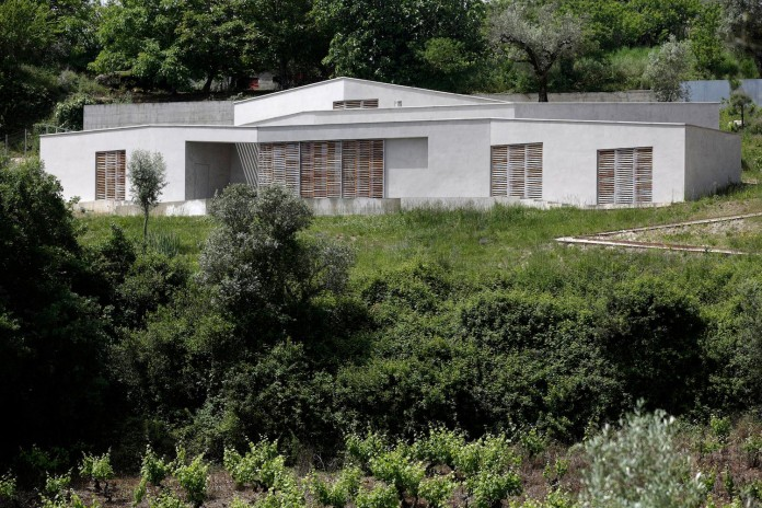 hill-home-in-gateira-near-vineyards-pines-olive-trees-camarim-arquitectos-29