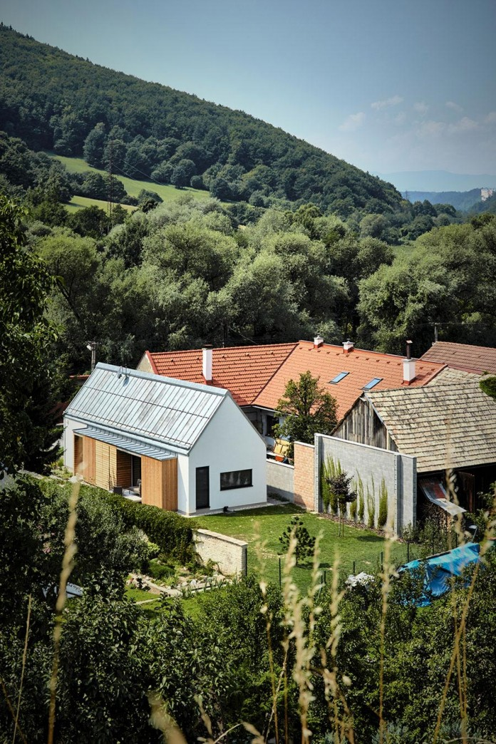 jaro-krobot-design-wooden-brick-house-set-near-forrest-lucatin-slovakia-01