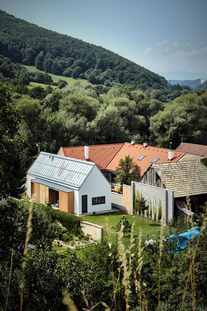jaro-krobot-design-wooden-brick-house-set-near-forrest-lucatin-slovakia-01