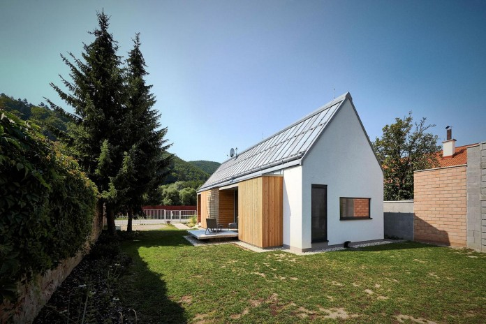 jaro-krobot-design-wooden-brick-house-set-near-forrest-lucatin-slovakia-02