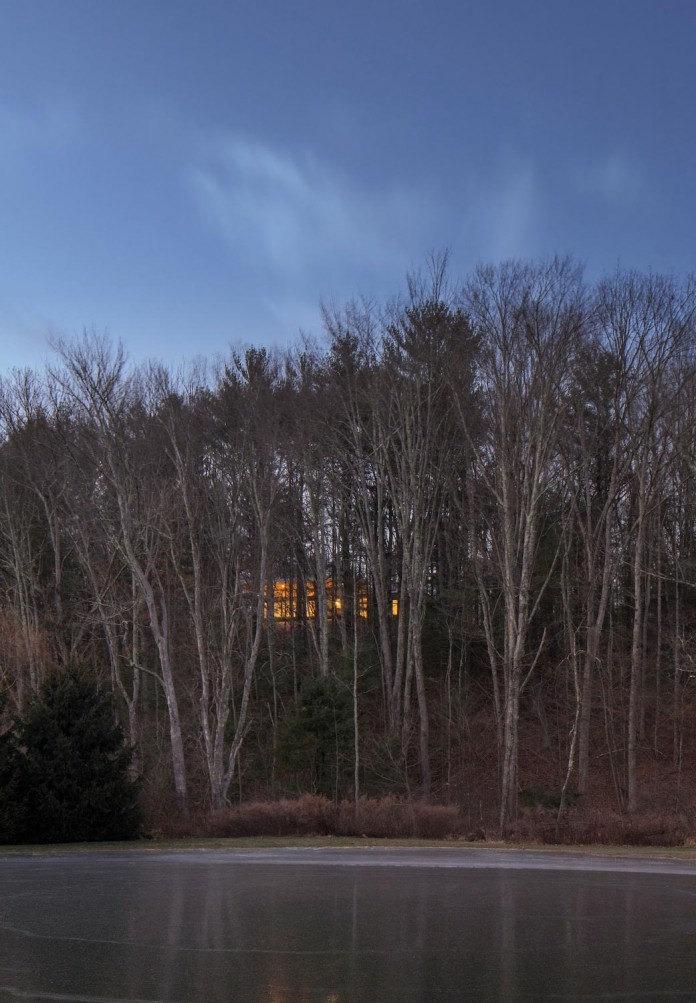 lantern-ridge-house-perched-top-wooded-knoll-hudson-valley-studio-mm-architect-01