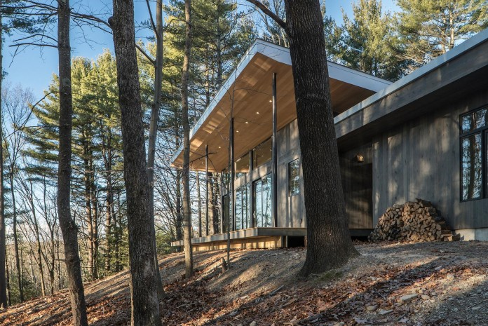 lantern-ridge-house-perched-top-wooded-knoll-hudson-valley-studio-mm-architect-03