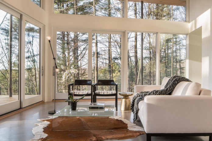 lantern-ridge-house-perched-top-wooded-knoll-hudson-valley-studio-mm-architect-12