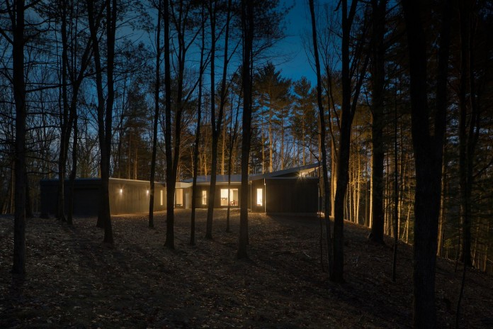 lantern-ridge-house-perched-top-wooded-knoll-hudson-valley-studio-mm-architect-16