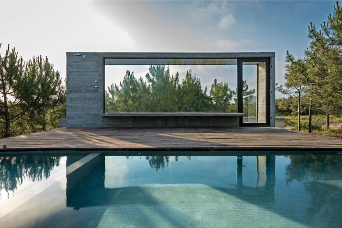 luciano-kruk-design-l4-house-located-pine-forest-near-sea-04