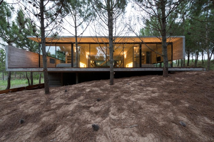 luciano-kruk-design-l4-house-located-pine-forest-near-sea-05