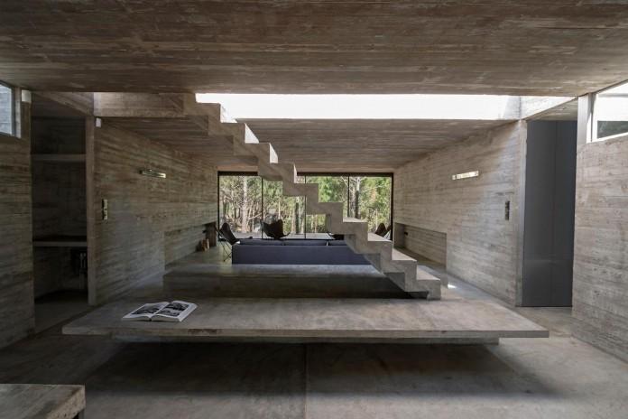 luciano-kruk-design-l4-house-located-pine-forest-near-sea-08