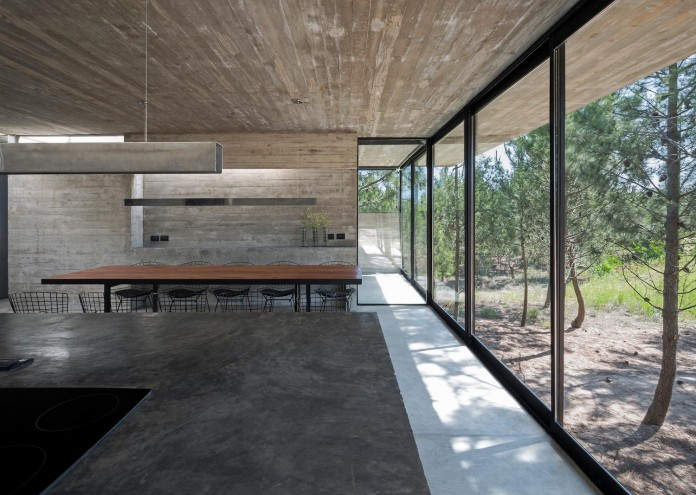 luciano-kruk-design-l4-house-located-pine-forest-near-sea-09