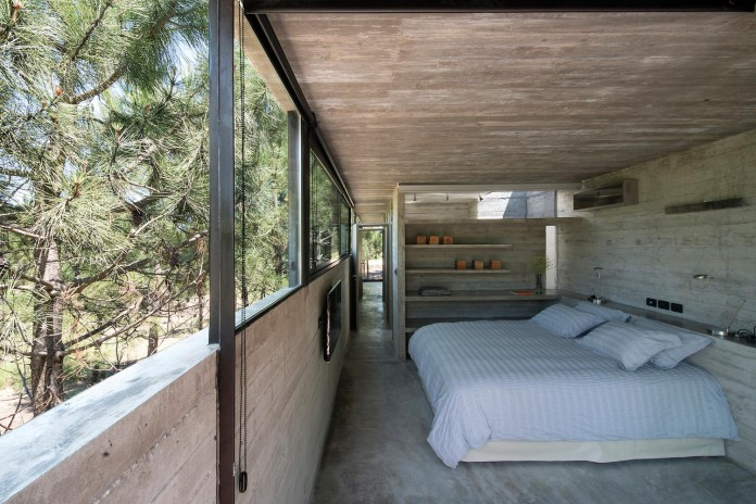 luciano-kruk-design-l4-house-located-pine-forest-near-sea-12