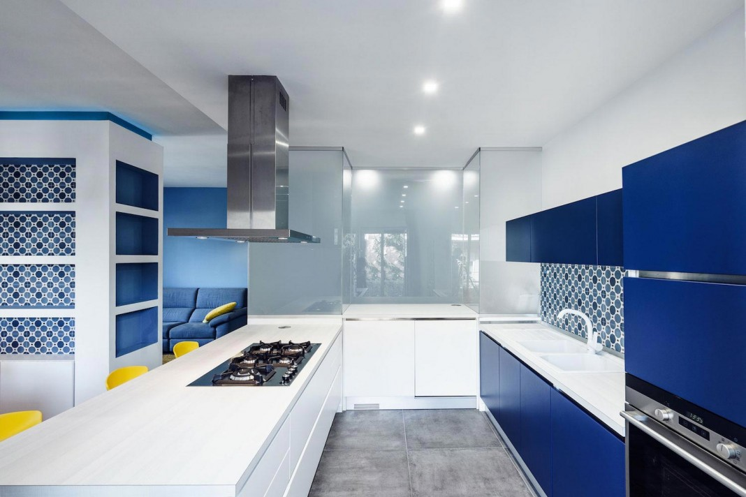 Prismatic blue apartment in rome italy by brain factory for Apartment design italien